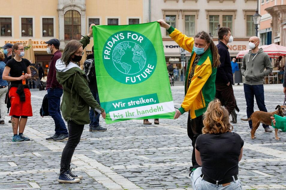 """Klare Aussage: """"Wir streiken, bis ihr handelt."""" Neben Turow haben die Anhänger über eine Welt ohne Plastik und mit weniger Umweltverschmutzung gesprochen."""