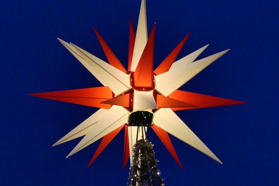 Ria Windrich aus Löbau ist der Stern an der Spitze des Weihnachtsbaums vor der Herrnhuter Sterne GmbH aufgefallen. Die Vielzahl von Sternen auf dem Gelände sei einfach schön und überwältigend, schreibt sie.
