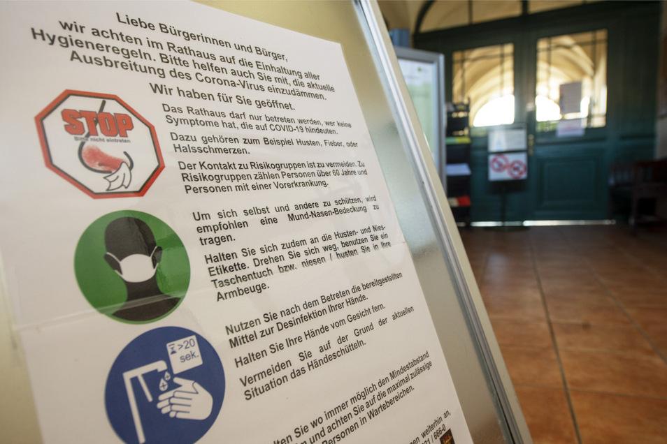 Dieser Hygiene-Hinweis bezüglich der Corona-Pandemie ist im Rathaus von Leisnig zu finden.