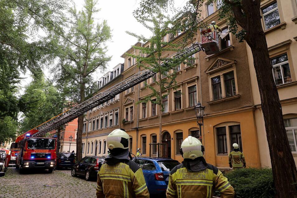 Derzeit ist die Feuerwehr in einem Haus in Dresden-Pieschen im Einsatz.
