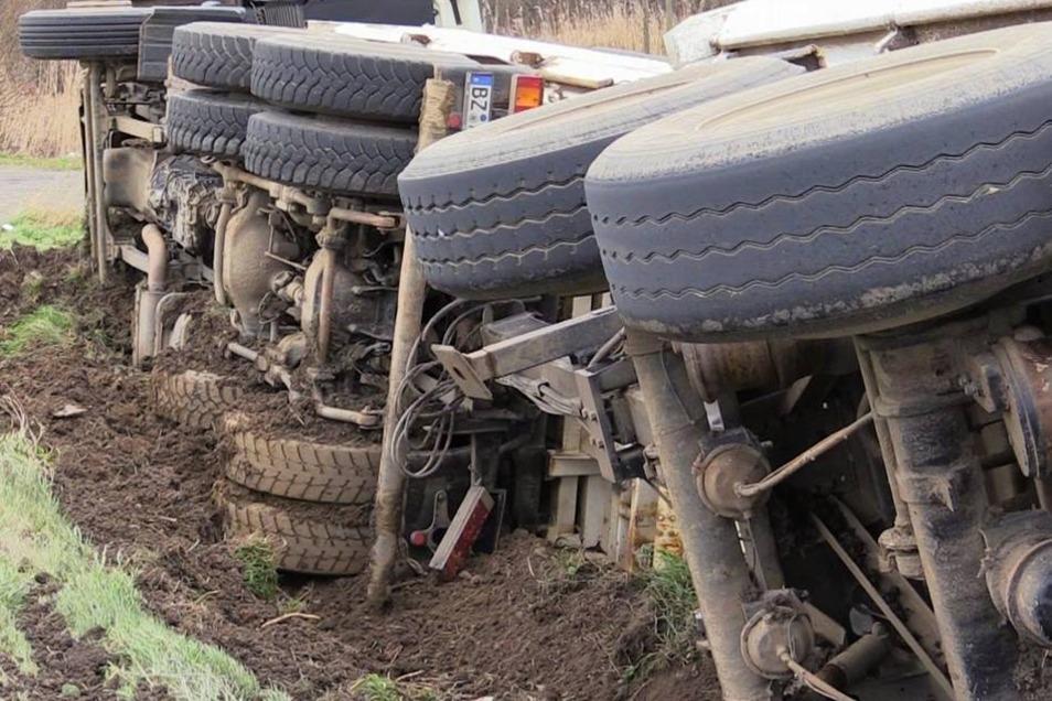 Der Lkw-Fahrer kam mit dem Schrecken davon. Er bliebt unverletzt.