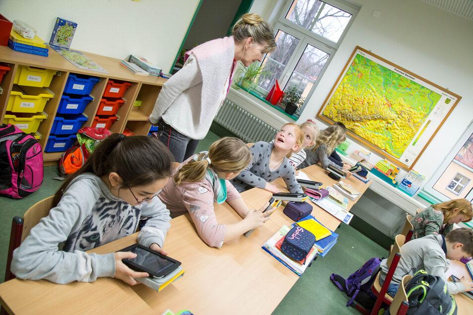 Schüler der Klasse 4a in der Grundschule Rothenburg. Sie haben schon einige Tage länger Unterricht als die Erst- bis Drittklässler. Aber auch für sie gilt das Prinzip der Freiwilligkeit zur Anwesenheit in der Schule.