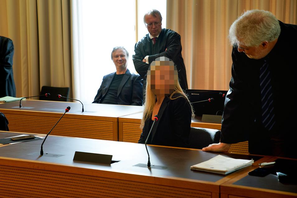Dr. Lutz Lohse und seine Frau Carmen sitzen im Verhandlungsraum des Dresdner Landgerichtes. Das in Liverpool lebende Ehepaar soll für einen millionenschweren Abrechnungsbetrug verantwortlich sein.