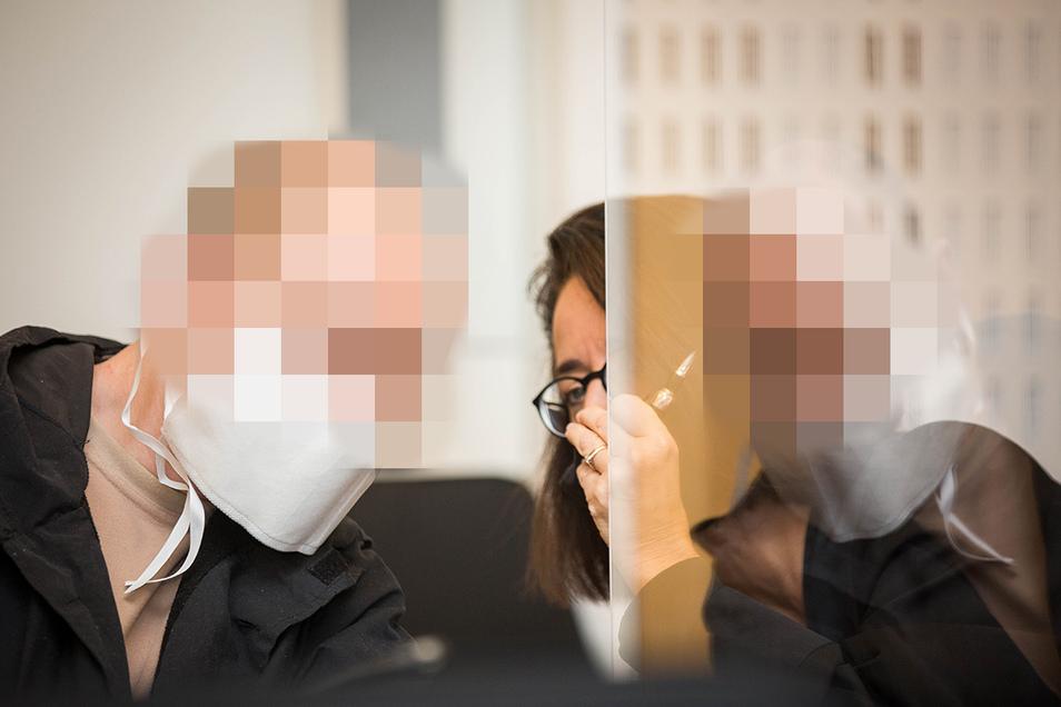 Der Angeklagte Roberto M., hier mit seiner Verteidigerin Ines Kilian, hat bis zuletzt in seinem Totschlag-Prozess am Landgericht Dresden geschwiegen. Am Donnerstag wird das Urteil erwartet.