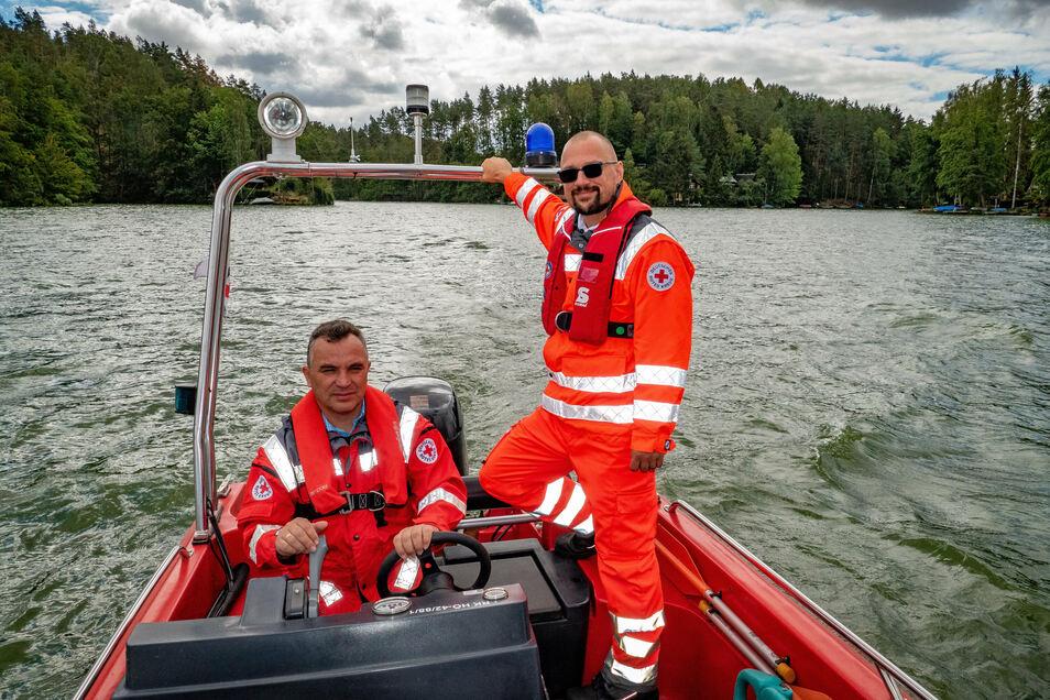 Jens Krause (rechts) ist Rettungsschwimmer und Rettungsassistent bei der Wasserwacht des DRK Döbeln-Hainichen - im Ehrenamt. Mit seinen Kollegen Rene Illig sorgt er für schnelle Hilfe im Bedarfsfall im Wasser wie auch zu Land.