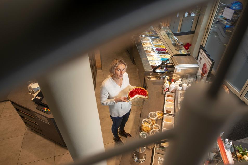 Annegret Riedel steht in ihrem Café und verkauft ihren Kuchen to go. Finanziell lohnt es sich nicht, aber sie bleibt im Gedächtnis.