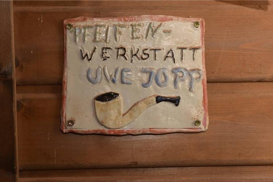 Wegweiser zum Arbeitsplatz: Dieses Schild an der Schuppentür ist ein Werk von Uwe Jopps Tochter.