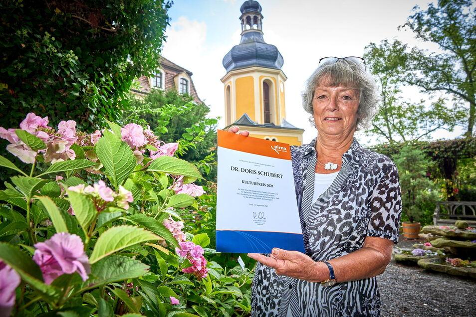 Als Doris Schubert am Sonntagvormittag zur Kulturpreisvergabe ins Schloss Zuschendorf kam, ahnte sie nicht, dass sie mit der Urkunde, Blumen und Geschenken nach Hause geht.