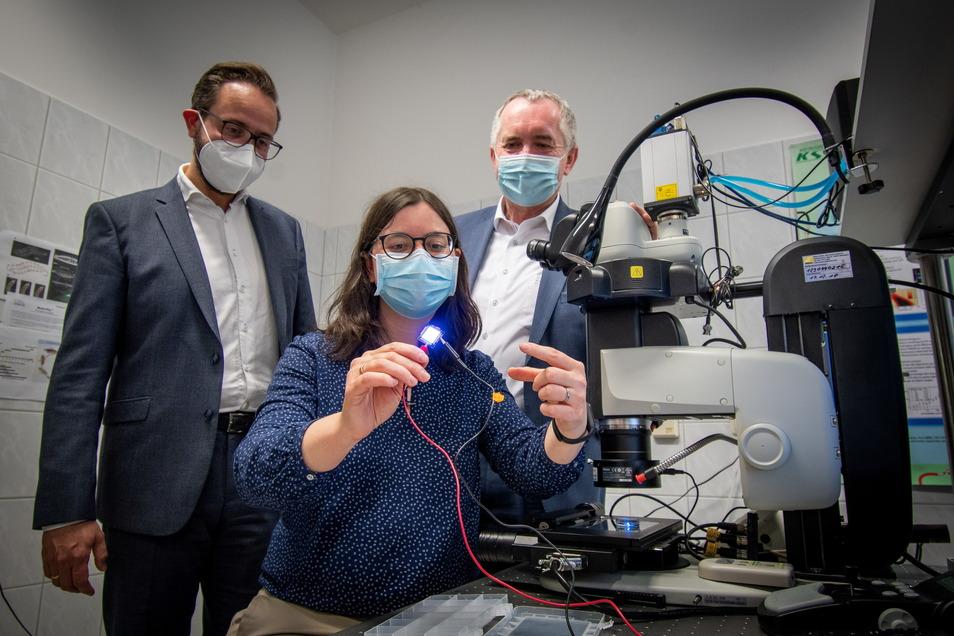 Caroline Murawski forscht mit ihren Kollegen an organischen Leuchtdioden, kurz OLED genannt.