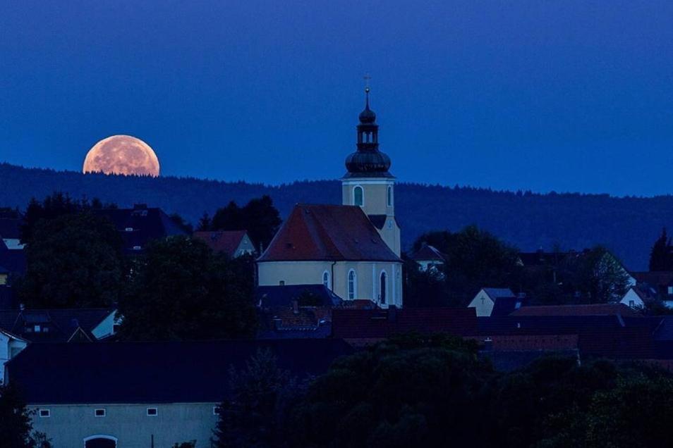 Für diese Bilder stand so mancher am Montagmorgen ganz besonders früh auf: Die totale Mondfinsternis war trotz einiger Wolken auch über dem Landkreis Bautzen recht gut zu sehen - hier über Ostro.