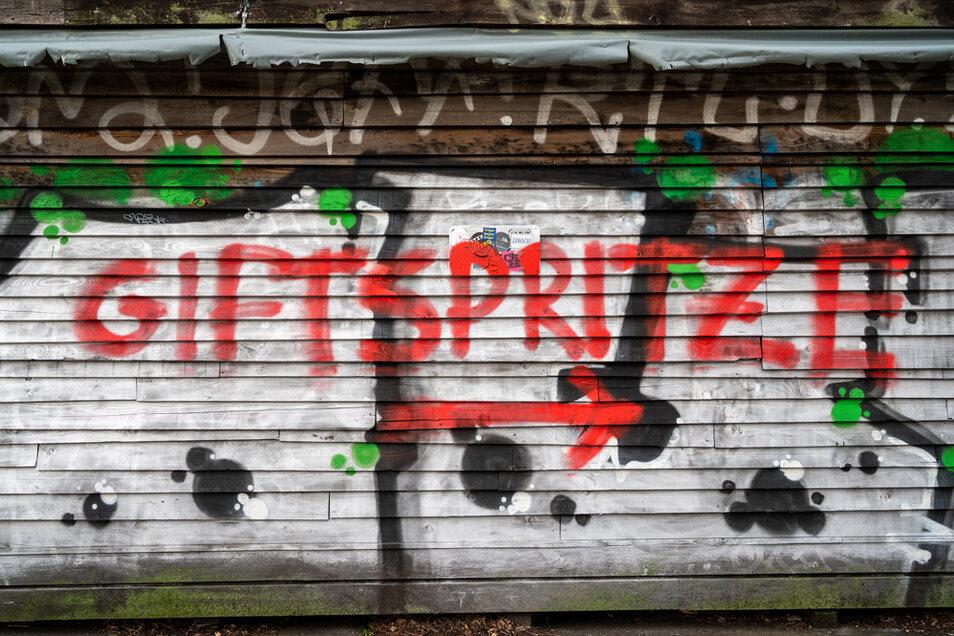 Berlin: In der Nähe des Impfzentrums Arena im Bezirk Treptow ist ein Graffito gegen die Corona-Impfungen gesprüht worden.
