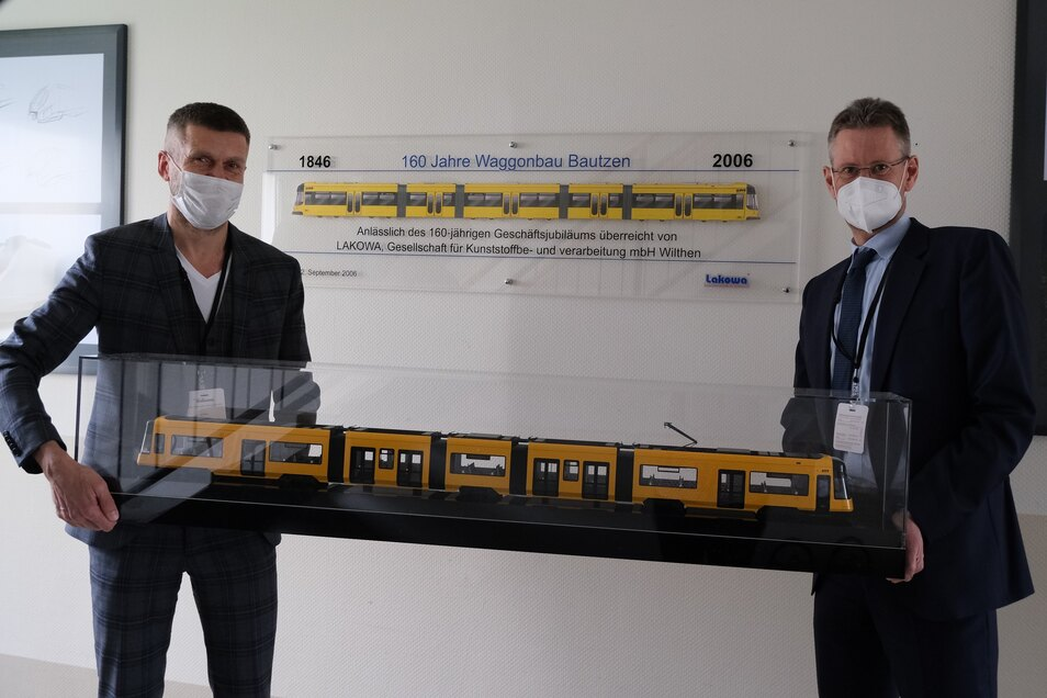 Für die DVB-Vorstände Lars Seiffert (l.) und Andreas Hemmersbach gabs bei Alstom ein Modell der neuen Bahn.