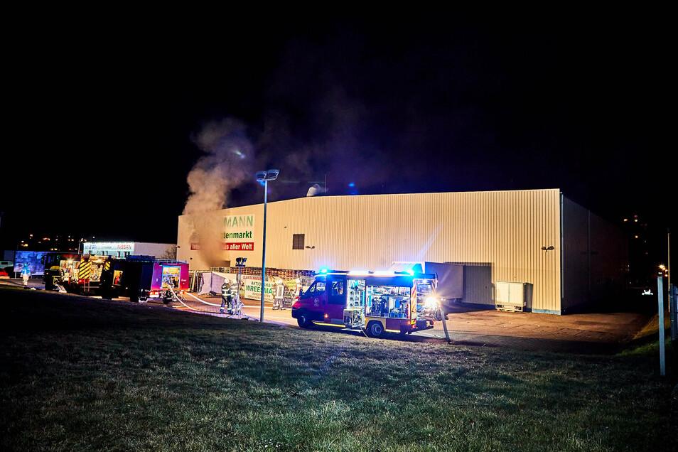 Ende Dezember 2019: Dichter Qualm dringt aus der Lagerhalle, in der Silvesterknaller explodiert waren.
