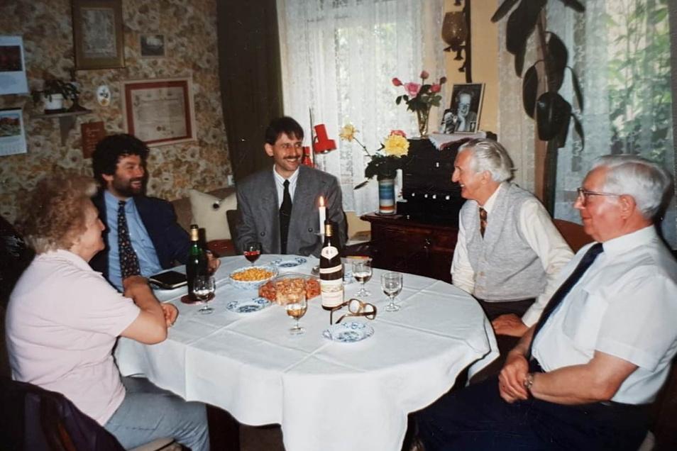 1994: Helmut Rummler und Siegfried Hoffmann (von rechts) werden bei einer privaten Feier unter anderem vom späteren Oberbürgermeister Burkhard Müller und Tilo Hönicke besucht.