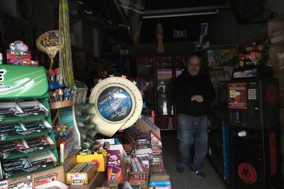 Ein Händler steht in Buenos Aires im Dunkeln.