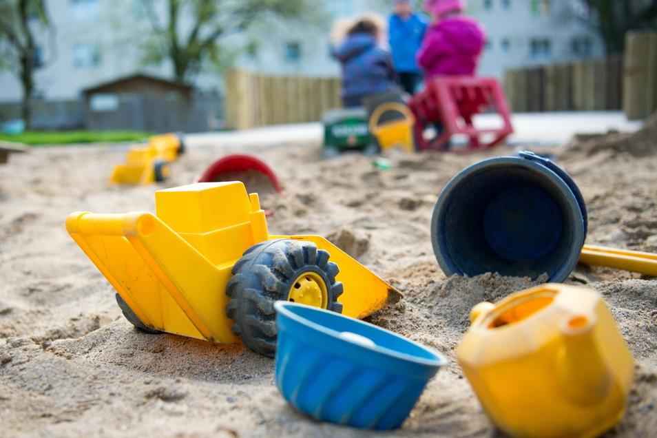 Tagesmütter und Tagesväter gehen gern mit den Kindern auf einen Spielplatz (Symbolfoto).