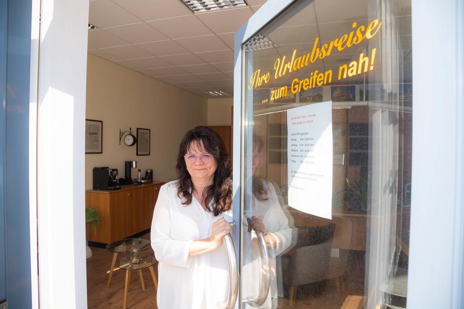 Inhaberin Susanne Teich öffnet am Montag ihr Reisebüro in Niesky wieder.