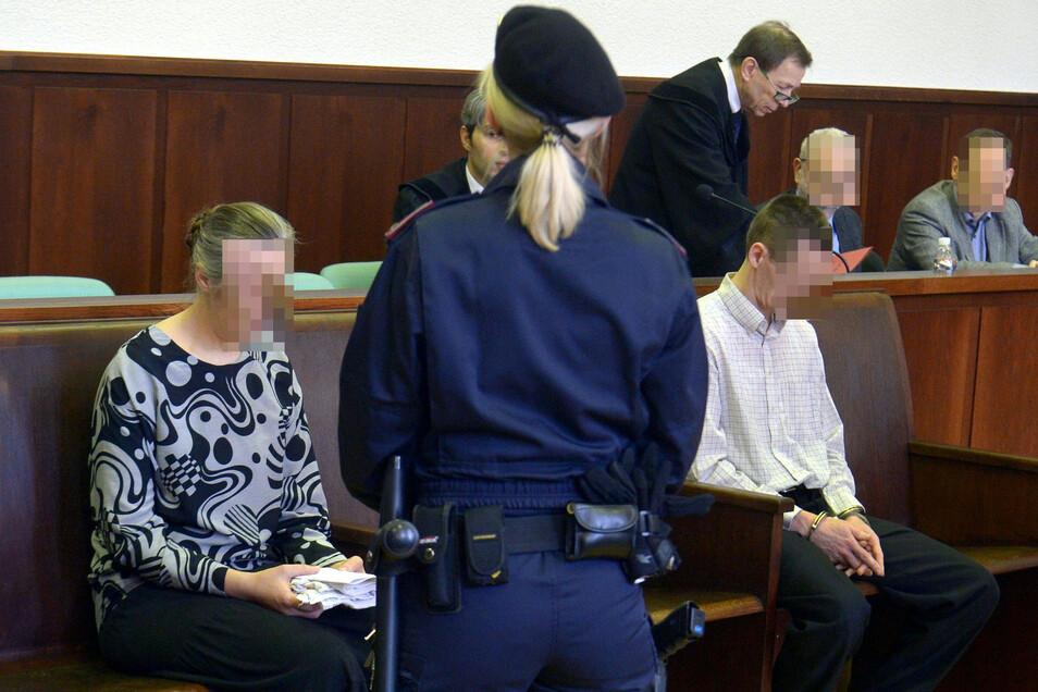 Zwei Deutsche sitzen vor Prozessbeginn im Gericht. Die Angeklagten müssen sich in Österreich verantworten, weil sie ihre Tochter laut Anklage ohne notwendige medizinische Hilfe sterben ließen.