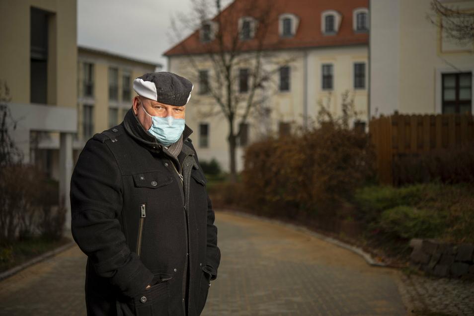 Andreas Hofmann steht vor dem Seniorenheim in Wilsdruff, in dem seine Mutter untergebracht ist. Seit Montag gelten dort neue Regeln für Besucher.