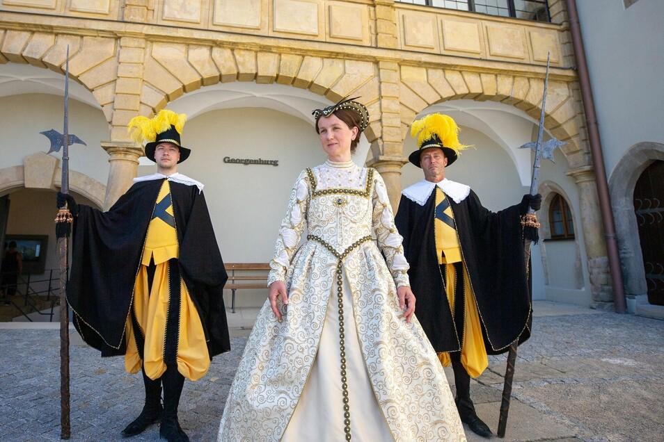 Maria Pretzschner ,Mitarbeiterin der Festung, wird zum Renaissancefest zur Dame des Hofstaates, bewacht von Silko Matthieß (l.) und Hartmut Schumacher als Leibgardisten des Kurfürsten.