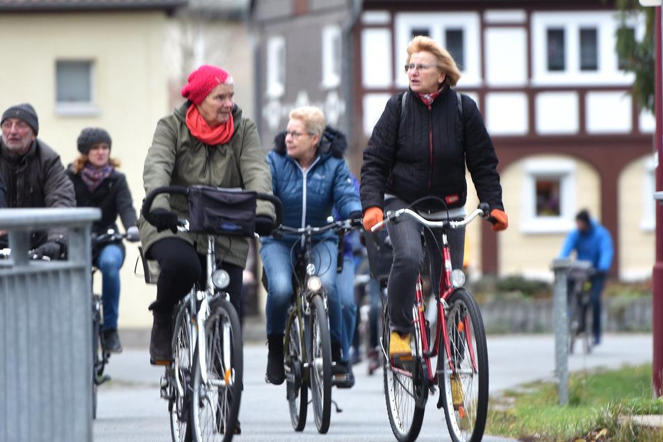 Mit dem Fahrrad fuhr das kunstinteressierte Publikum durch Oderwitz von Station zu Station.