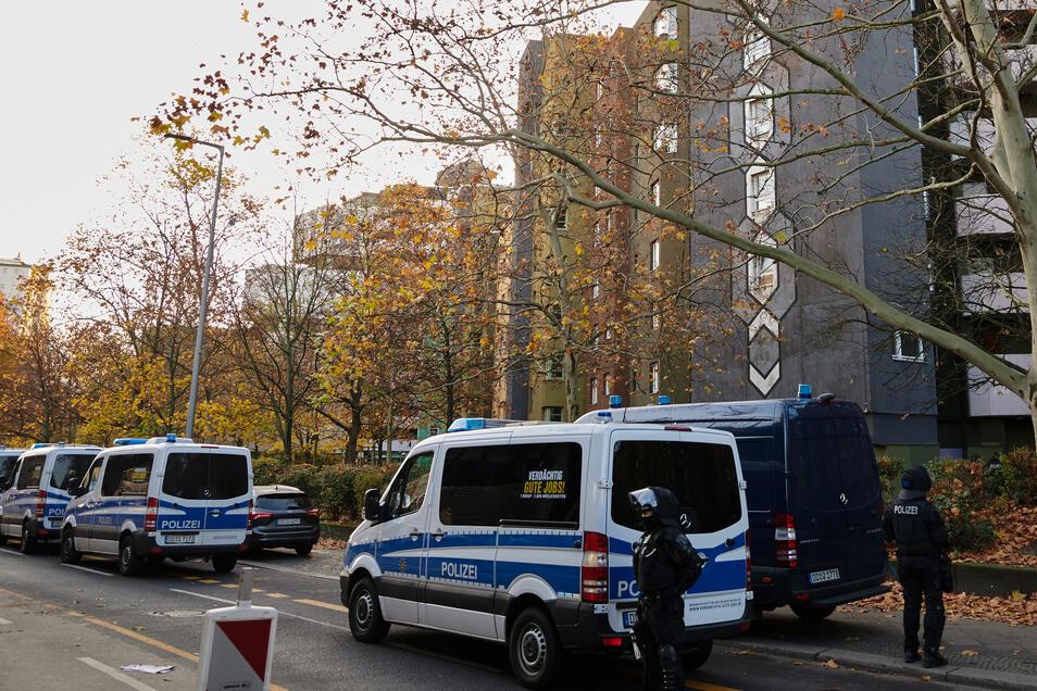 Schwerpunkt der Razzien: Der Stadtteil Neukölln. Hier kam es bis zum Mittag zu weitreichenden Verkehrssperrungen, aber auch in Kreuzberg und Charlottenburg. Mehrere Polizeihubschrauber kreisten über der Stadt.
