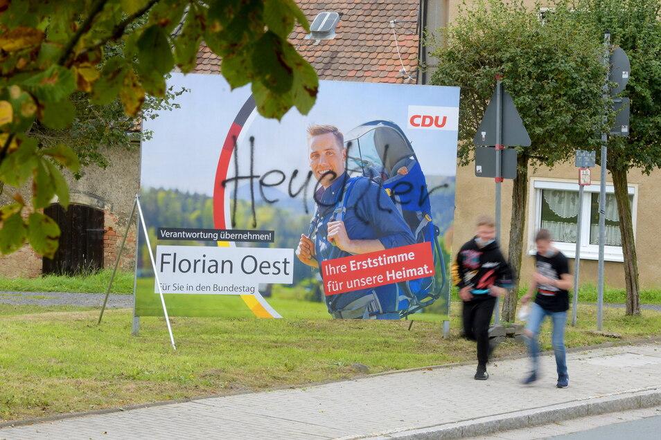 Das beschmierte Wahlplakat von CDU-Bundestagskandidat Florian Oest in Seifhennersdorf.