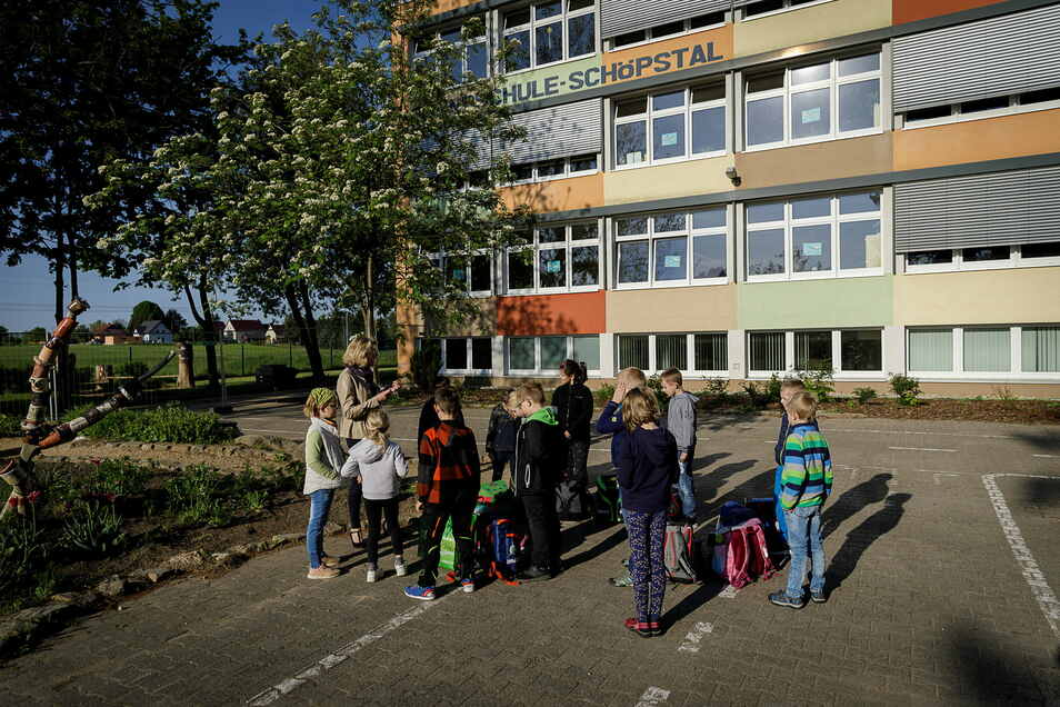 Schüler, wie hier an der Grundschule in Schöpstal, lernen, wenn sie nicht im Homeschooling sind, unter hohen Hygieneanforderungen. Auch für die künftigen Erstklässler wird das so sein.