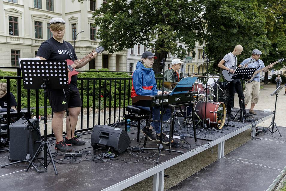 """Die Schülerband spielte """"In Krisen wie diesen"""" nach der Melodie von """"An Tagen wie diesen"""" von den Toten Hosen."""