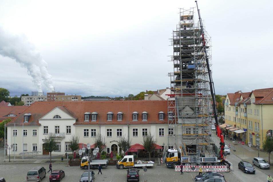 Einrüstung des Spremberger Rathausturmes durch die Firma U.S: Gerüstbau. Hinten links sind die Kühltürme des Kraftwerks Schwarze Pumpe zu sehen.