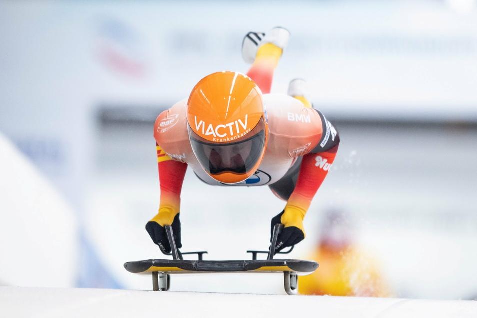 Tina Hermann springt auf ihren Skeleton, und dann geht es hinein in den 1,4 Kilometer langen Eiskanal von Altenberg. Am Ende verteidigt sie ihren Titel aus dem Vorjahr an gleicher Stelle.