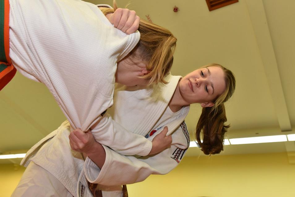 Julia Klügel von der Judo-Abteilung der BSG Motor Dipps fährt zur deutschen Meisterschaft nach Stuttgart. Hier trainiert sie mit Anna Geißler.