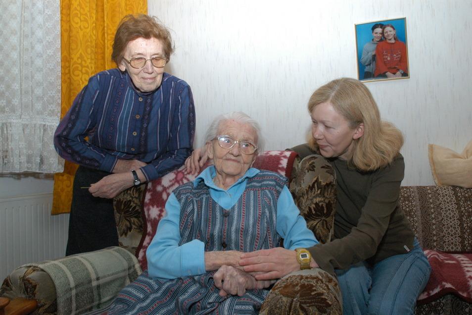 Marta Baldeweg (1898 bis 2005) war die erste Görlitzerin überhaupt, die 106 Jahre alt wurde. Das Foto zeigt sie mit 106 Jahren mit ihrer Tochter und Enkeltochter in ihrer Wohnung in Weinhübel.