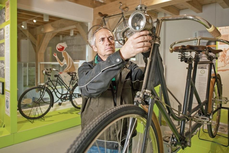 Steffen Stiller bei letzten Handgriffen in der neuen Fahrrad-Erlebniswelt Velocium in Weinböhla. Von ihm stammt die Idee für die besondere Ausstellung. Von der Gemeinde wurde er dafür unterstützt.