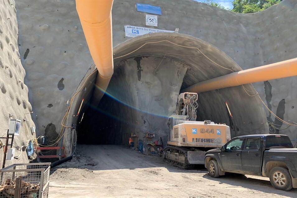 Tunneleinfahrt auf der Kohlberg-Westseite: links und rechts graben sich die Mineure in den Berg, der Kern in der Mitte bleibt einstweilen noch als stabilisierende Stütze stehen.