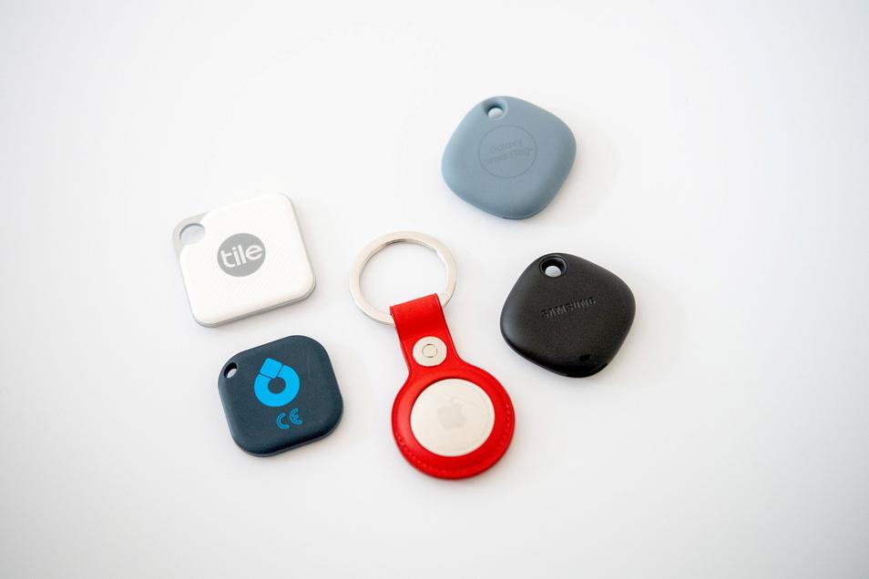 Getestet wurden die Tracker Tile Pro (o.l.), Musegear Finder 2 (u.l.), Apple Airtag (M.) und Samsungs Galaxy Smart Tag-Modelle (r.).