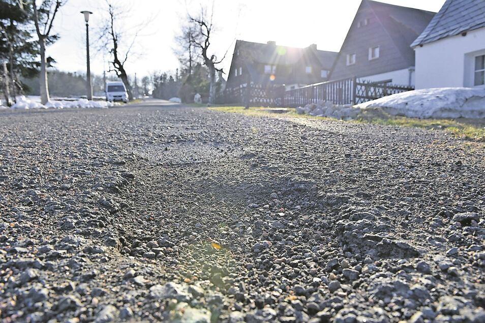 Schlaglöcher wurden nach dem Winter sichtbar, hier im Georgenfelder Weg in Zinnwald.