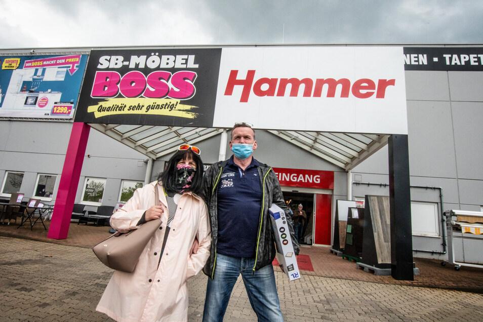 Gerd und Marlies Schüle aus Döbeln haben darauf gewartet, dass auch die Möbelmärkte wieder öffnen nach der Corona-Zwangspause.