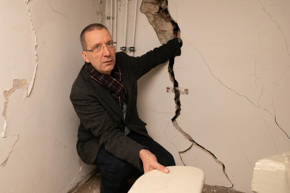 Gemeindepfarrer Wolf-Jürgen Grabner kann seine Hand im Riss verschwinden lassen. Das zeigt deutlich, wie dringend nötig eine erste Sicherung des Gebäudes jetzt ist.