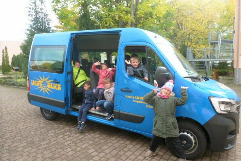 Wieder mobil: Die Schüler der Lichtblick-Schule freuen sich über einen neuen Bus.