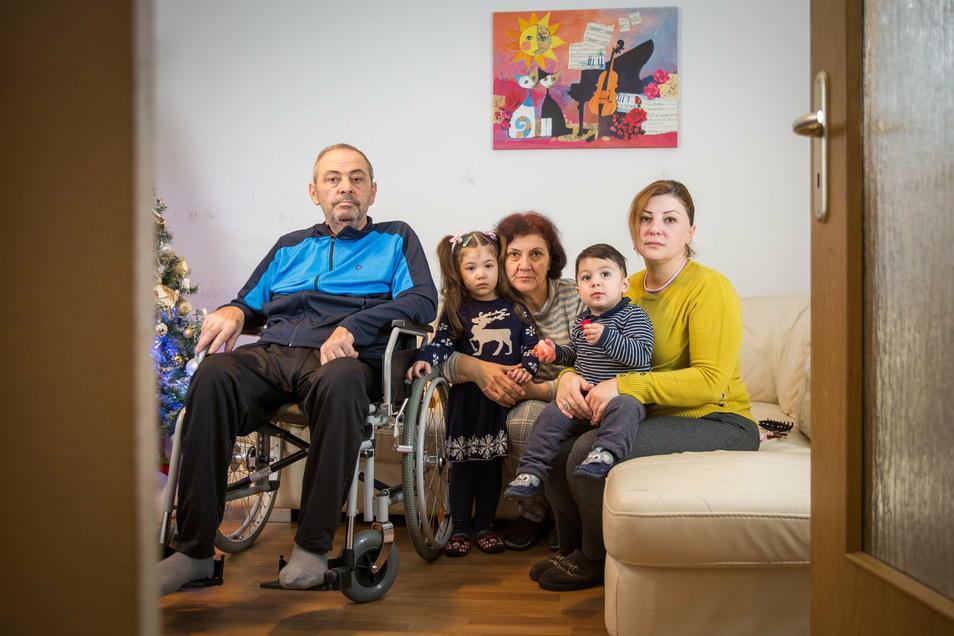 Am Leben, aber noch immer in Not: Vater Zelimkhan Tchankoshvili (l.) und seine Frau Nanuli (M.) sind zurück in Georgien. Seine Tochter Irma (r.) erreichen nun die Rechnungen aus den Kliniken.
