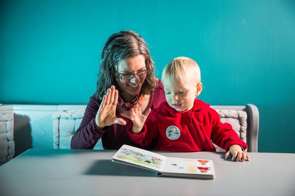 """Eine Ente? Eine Ente! Marianne Irmer """"unterhält"""" sich mit ihrem Sohn in der Babyzeichensprache."""