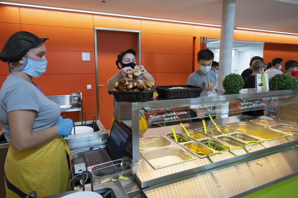 Im Gymnasium Cotta müssen alle Schüler und Lehrer im Schulgebäude in den Pausen und bei der Essensausgabe einen Mund-Nase-Schutz tragen.