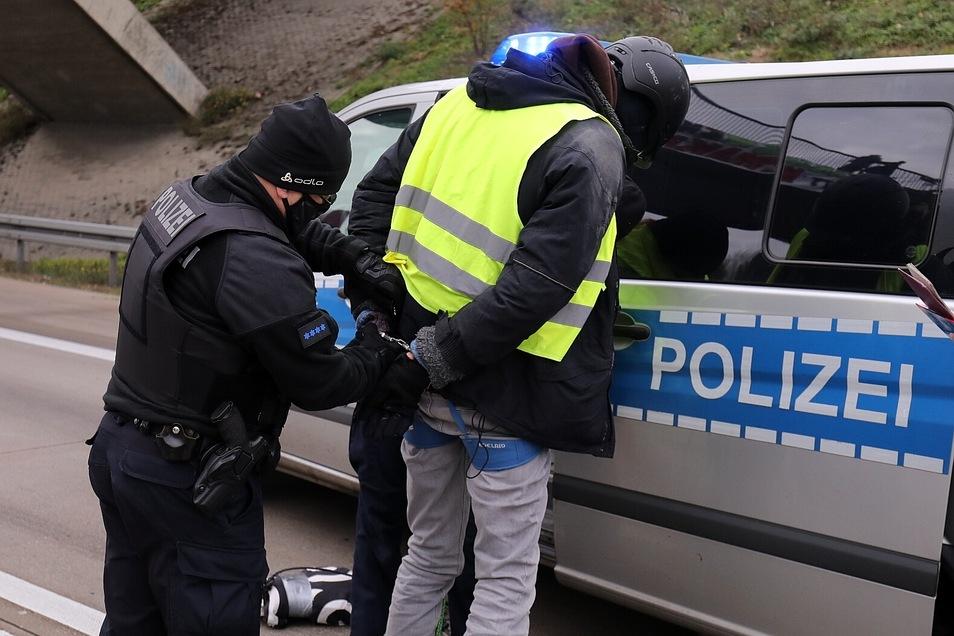 Die Brückenbesetzer wurden nach dem Abseilen von der Polizei festgenommen.