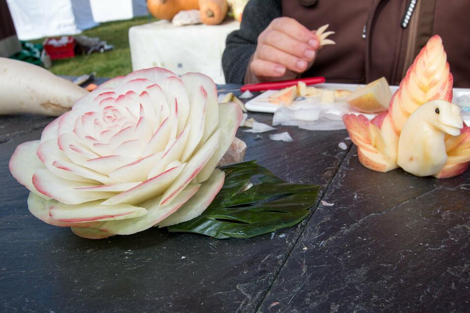 Diese filigrane Rose wurde aus einem Rettich geschnitzt.