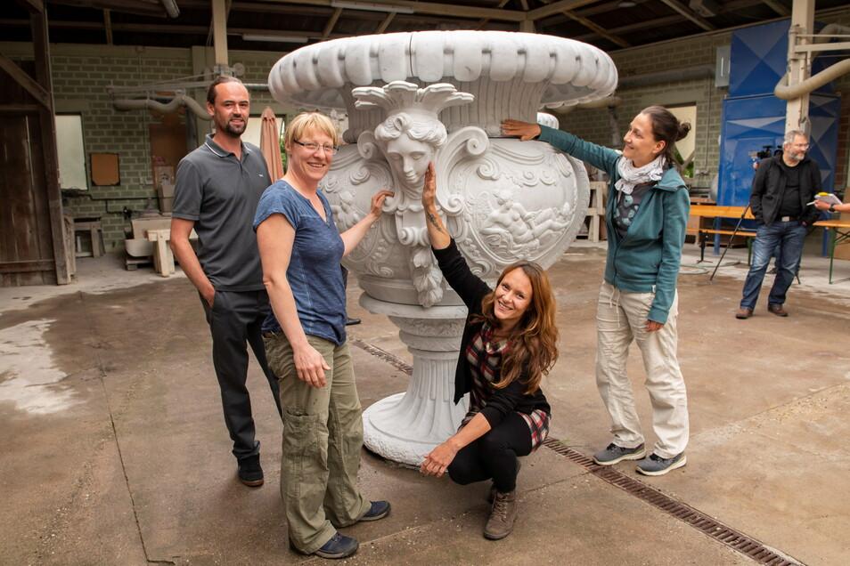 Freude über das besondere Kunstwerk. Tillmann Richter, Bärbel Hempel, Romy Kumann, Eva-Maria Rausch (v.l.) und weitere Steinbildhauer haben die Teile dieser Prunkvase geschaffen. Jetzt wurde sie probeweise in Großenhain zusammengebaut.