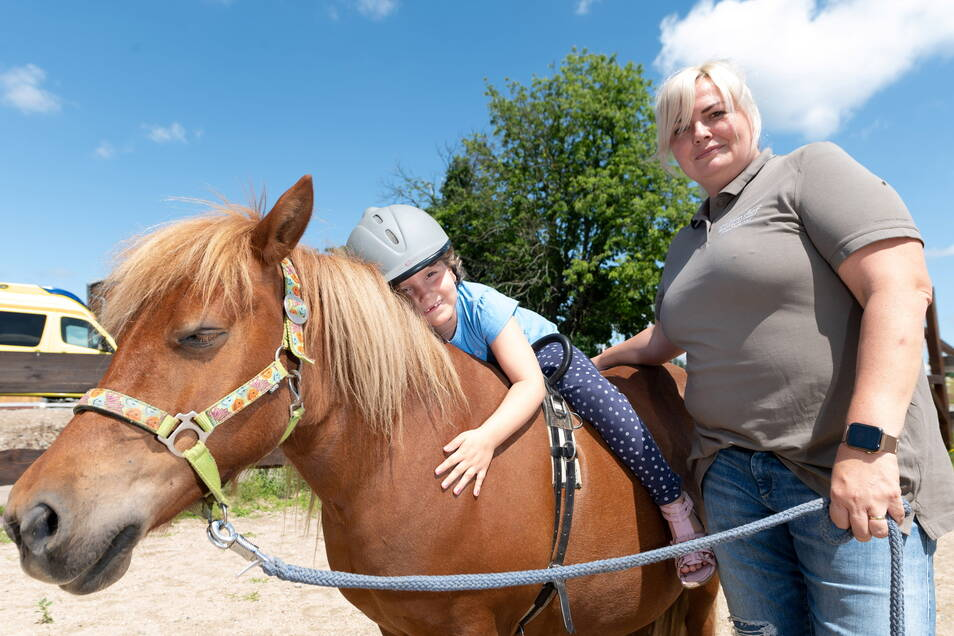 Bei der sechs Jahre alten Tessa wurde 2019 Leukämie festgestellt. Nach ihrem langen Klinikaufenthalt genießt sie die Stunden mit Reittherapeutin Nicole Wieberneit und dem Pony Polly.