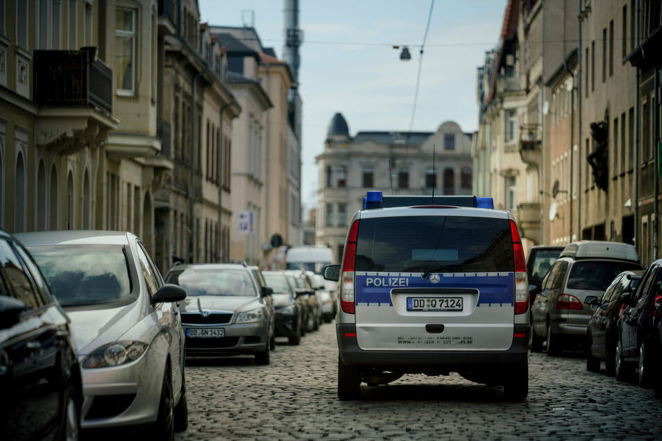 Polizisten sind in der Dresdner Neustadt auf Streifenfahrt.