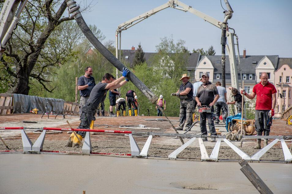 Auf Döbelns größter städtischen Baustelle laufen seit dem Dienstagmorgen die Betonarbeiten auf der Brücke an der Schillerstraße auf Hochtouren.