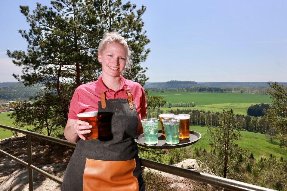 Die Gastrobranche ist bereit: Außenbereiche von Gaststätten dürfen ab 2. Juni wieder öffnen. Darauf bereitet sich auch Serviceleiterin Isabell Raschinsky auf dem Rauenstein bei Weißig vor.